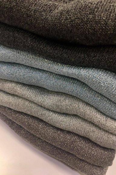 By o la la sweter dekolt V błękitny srebrna nitka